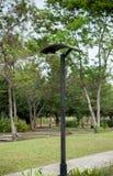 Zonne-aangedreven lantaarnpost in het park Stock Foto