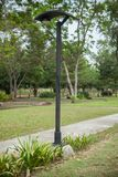 Zonne-aangedreven lantaarnpost in het park Stock Afbeeldingen