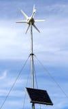 Zonne aangedreven milieuvriendelijke windturbine royalty-vrije stock afbeelding