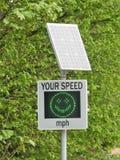 Zonne aangedreven snelheidsradar door landweg stock foto