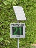 Zonne aangedreven snelheidsradar door landweg stock foto's