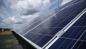 Zonne elektrische centrale Zonnepanelen op een dak stock video
