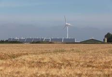 Zonne en windenergie op een landbouwbedrijf Stock Afbeeldingen