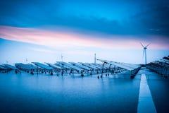 Zonne en windenergie in slecht weer Royalty-vrije Stock Foto's