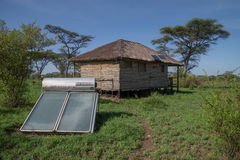 Zonne-energie voor hut op de Afrikaanse savanne wordt gebruikt die Royalty-vrije Stock Afbeelding