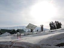 Zonne-energiegeneratie in sneeuw beklede bergen Stock Foto's