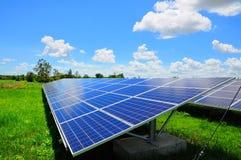 Zonne-energieinstallaties met blauwe hemel Stock Fotografie