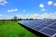 Zonne-energieinstallaties met blauwe hemel Stock Foto's