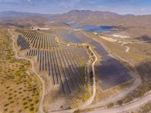 Zonne-energielandbouwbedrijf Hoge hoekmening van zonnepanelen op een energie stock foto's