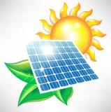 Zonne-energiepaneel met zon en bladeren Stock Foto