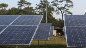 Zonne-energiepanelen stock footage