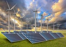 Zonne-energiepanelen en windturbine in zonsondergang Royalty-vrije Stock Foto's