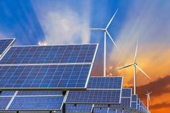 Zonne-energiepanelen en windturbines Stock Foto