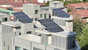 Zonne-energiepanelen op het dak stock videobeelden