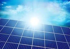 Zonne photovoltaic paneel met zonbezinning Achtergrond met hemel en wolken 3D Illustratie royalty-vrije illustratie