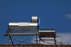 Zonne water het verwarmen pijpen op dak royalty-vrije stock afbeelding