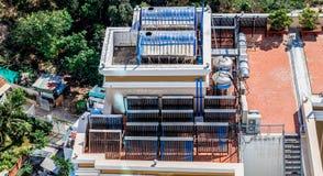 Zonne water verwarmingssysteem op het dak stock afbeelding
