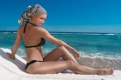 Zonnebadend meisje Royalty-vrije Stock Afbeeldingen