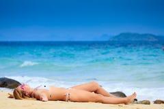 Zonnebadende vrouw Stock Fotografie