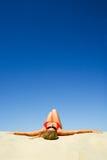 Zonnebadende vrouw Stock Foto's