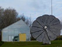 Zonnebloem gestalte gegeven zonnepaneeldetail onder blauwe hemel stock foto's