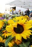 Zonnebloemen bij de markt Stock Afbeelding