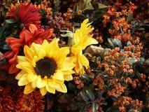 Zonnebloemen en andere dalingsbloemen Stock Fotografie
