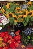Zonnebloemen en groenten voor verkoop bij een markt in de Provence Stock Afbeelding