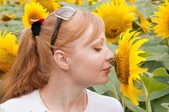 Zonnebloemen en vrouw 6 Royalty-vrije Stock Foto's