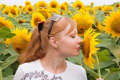 Zonnebloemen en vrouw 4 Stock Afbeeldingen