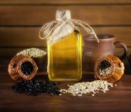 Zonnebloemolie en zonnebloemzaden op houten achtergrond royalty-vrije stock foto's