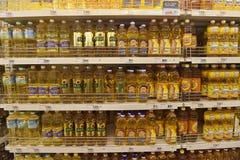 Zonnebloemolie op de planken van de opslag Stock Foto