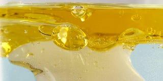 Zonnebloemolie in water Royalty-vrije Stock Fotografie