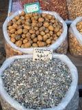 Zonnebloemzaden en Okkernoten, de Markten van Athene stock foto