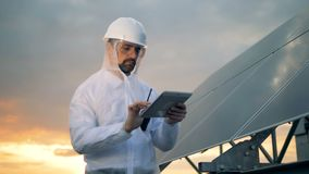 Zonnebouw met een mannelijke energeticaingenieur die naast het werken stock video