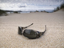 Zonnebril die op het strand wordt verlaten Royalty-vrije Stock Afbeelding