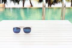 Zonnebril door de pool Stock Fotografie