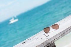 Zonnebril en blauwe oceaan als achtergrond Royalty-vrije Stock Foto's