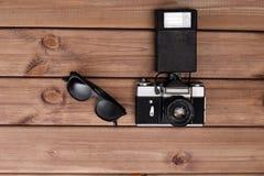 Zonnebril en fotocamera stock afbeelding