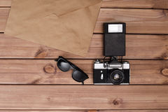 Zonnebril en fotocamera en oude envelop royalty-vrije stock afbeeldingen