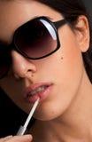 Zonnebril en Lippenstift royalty-vrije stock afbeelding