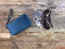 Zonnebril en sleutels met leerportefeuille Royalty-vrije Stock Foto