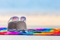 zonnebril en strandhoed op het strand Stock Afbeelding