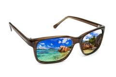Zonnebril en zeegezichtbezinning Royalty-vrije Stock Fotografie