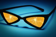 Zonnebril met lenzen van vruchten worden gemaakt die: sinaasappel in plaats van glas Royalty-vrije Stock Fotografie