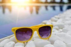 Zonnebril op de rand van de pool royalty-vrije stock foto