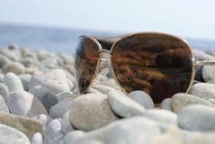 Zonnebril op de rotsen Royalty-vrije Stock Afbeeldingen