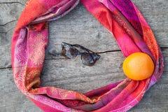 Zonnebril op een houten lijst stock afbeelding