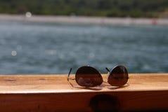 Zonnebril op het dek royalty-vrije stock afbeeldingen