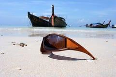 Zonnebril op het strand Stock Afbeeldingen